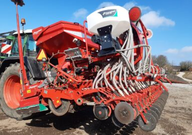 Kverneland I Drill Pro seed drill with DF 1 front tank for fertilizer.